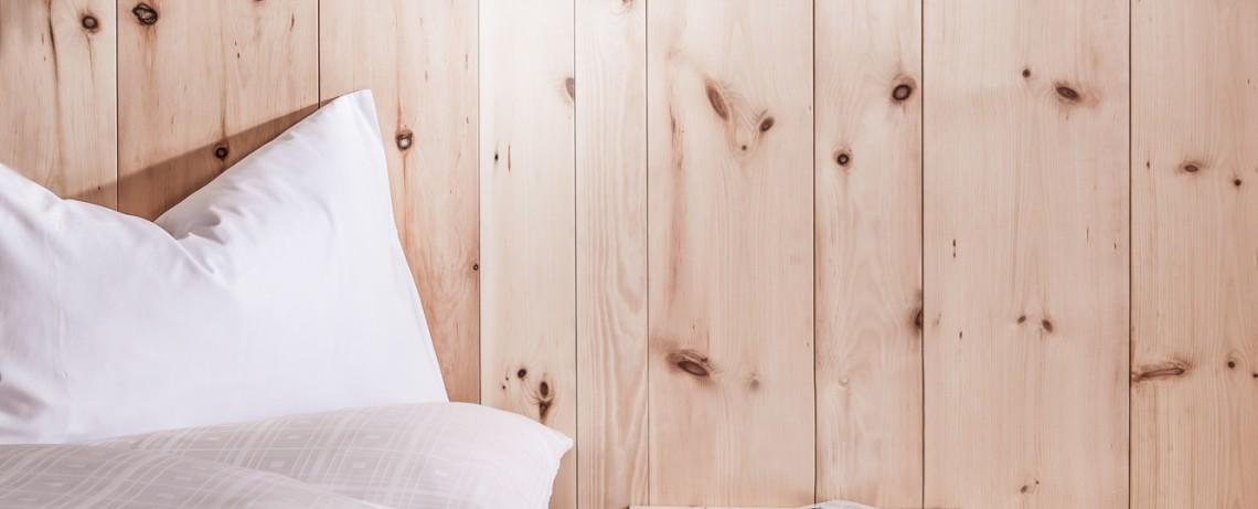 Bett und Wandvertäfelung aus echtem Zirbenholz