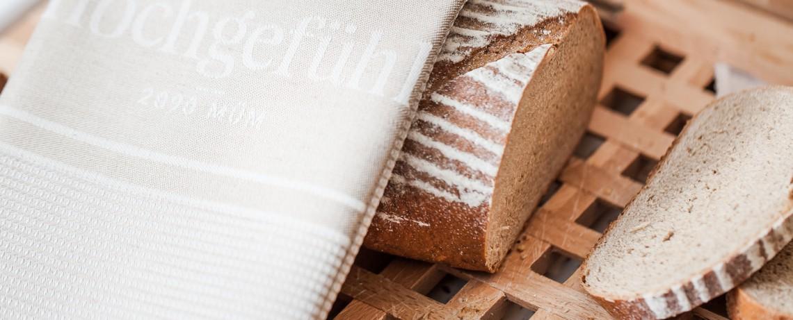 Laib Brot auf dem Schneidbrett