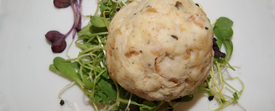 Semmelknödel auf Salatgarnitur