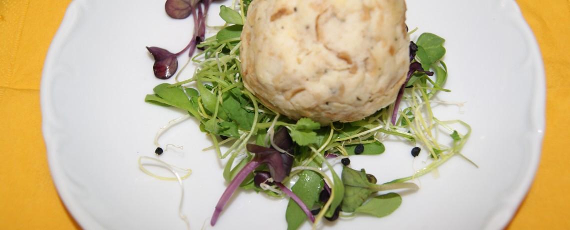 Knödel auf Teller mit Salat garniert
