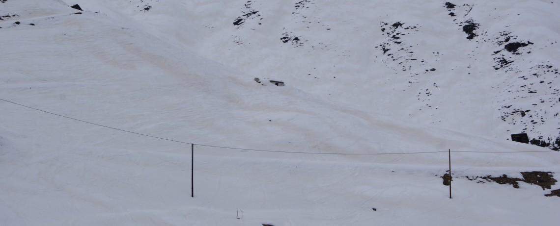 Rötlich gefärbter Schnee auf den Pisten in Hochsölden