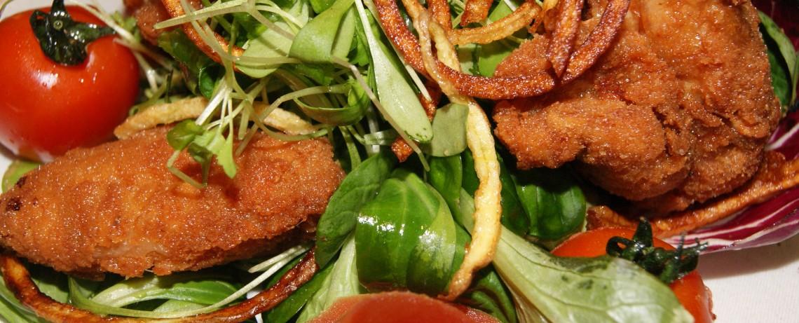 Knuspriges Hühnchen auf Sommersalat