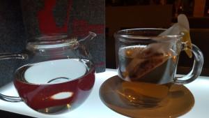 Ein Glas Tee trinken